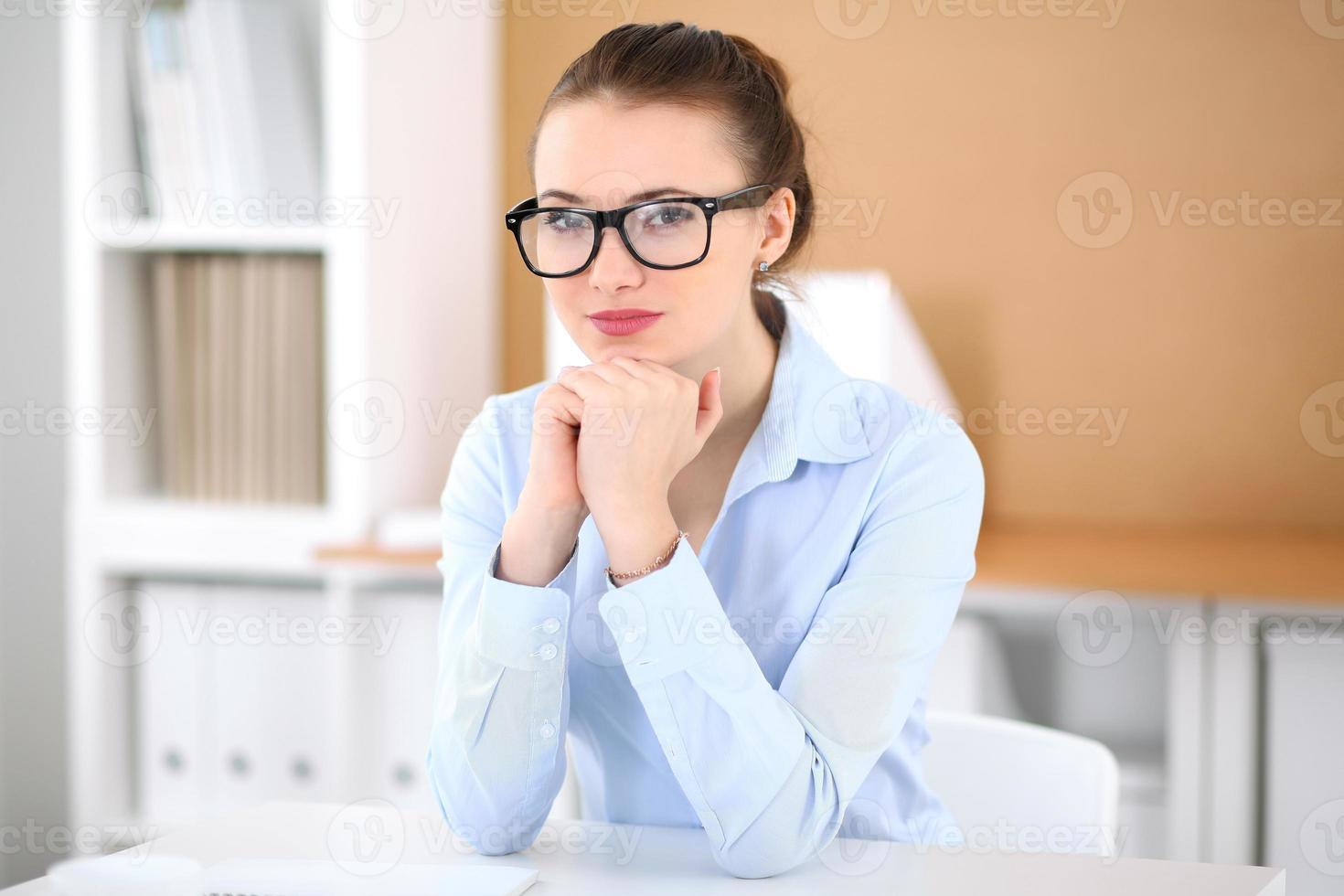 jeune femme d'affaires travaillant sur ordinateur portable au bureau photo