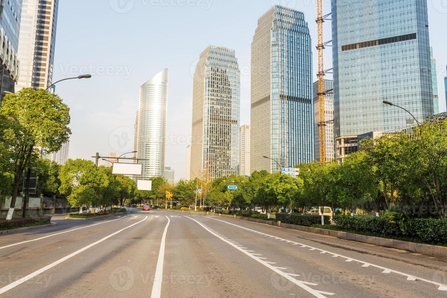 Skyline, route urbaine et immeuble de bureaux pendant la journée. photo