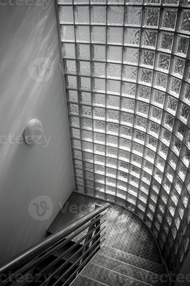 escalier moderne en acier industriel fenêtre en verre dépoli photo