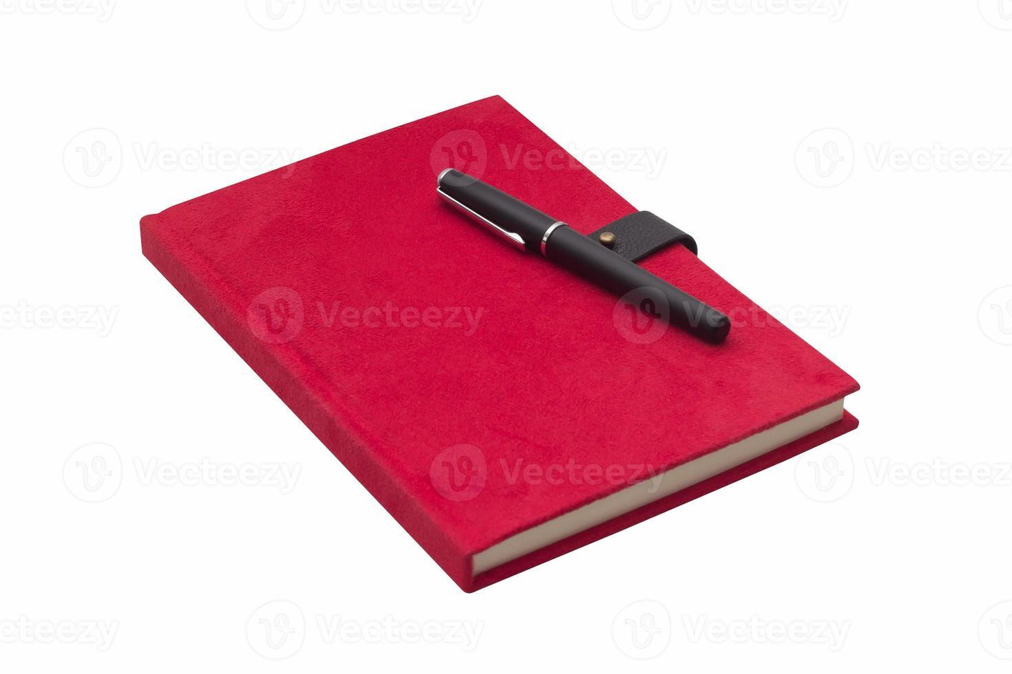 Carnet à couverture rigide rouge vierge avec stylo isolé photo