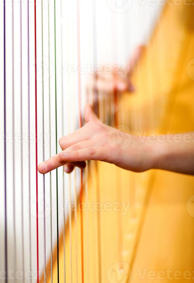 femme jouant de la harpe photo