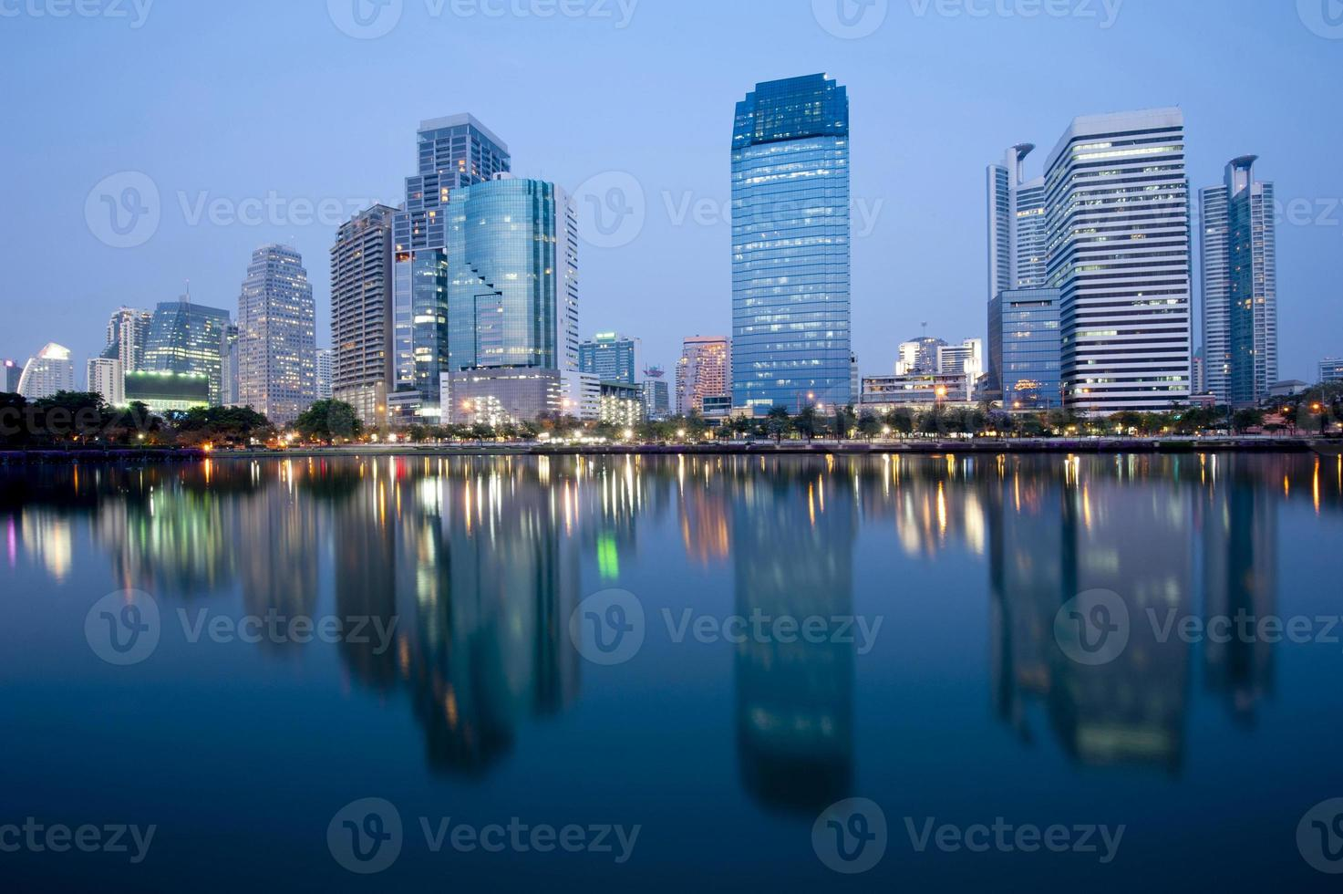 ville moderne la nuit photo