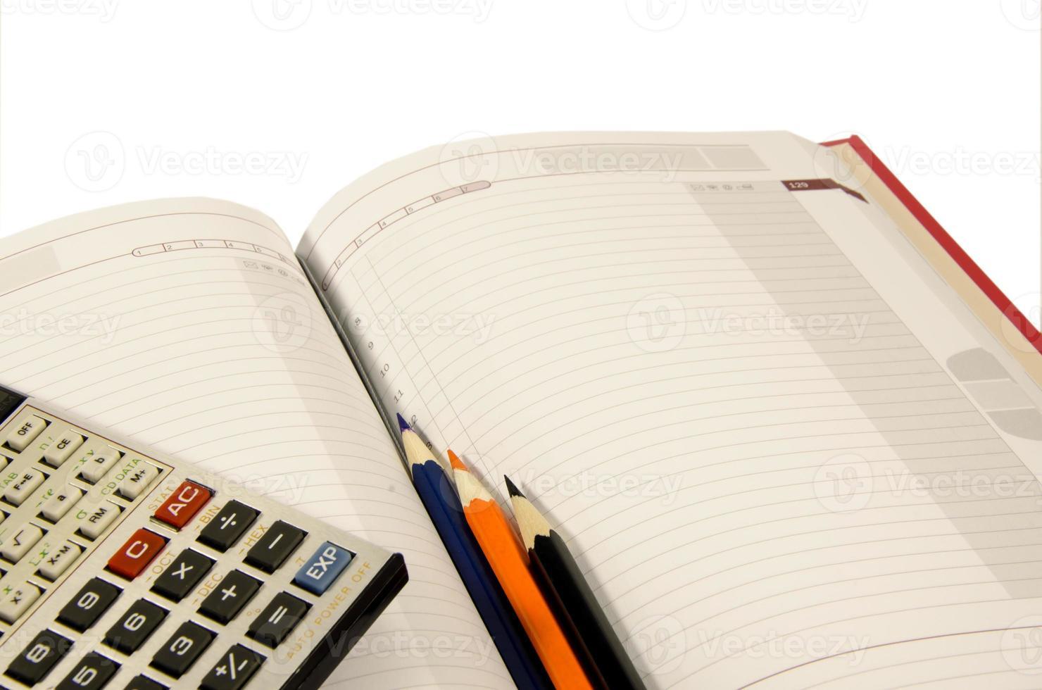 bloc-notes, calculatrice trois crayons photo