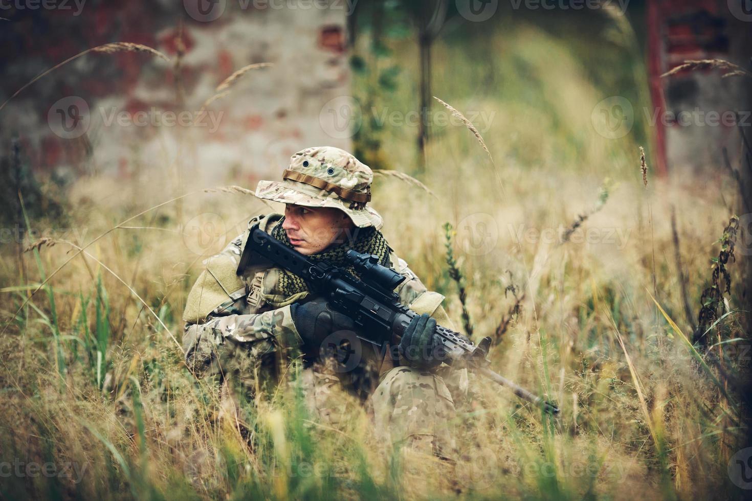 soldat avec fusil dans la forêt photo