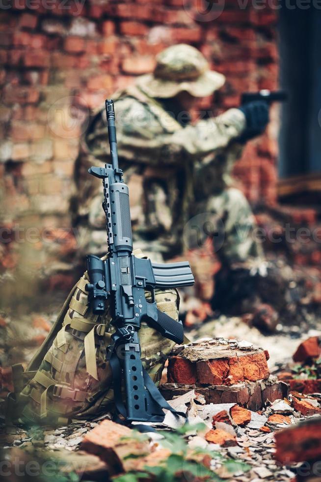 soldat avec fusil dans les ruines photo