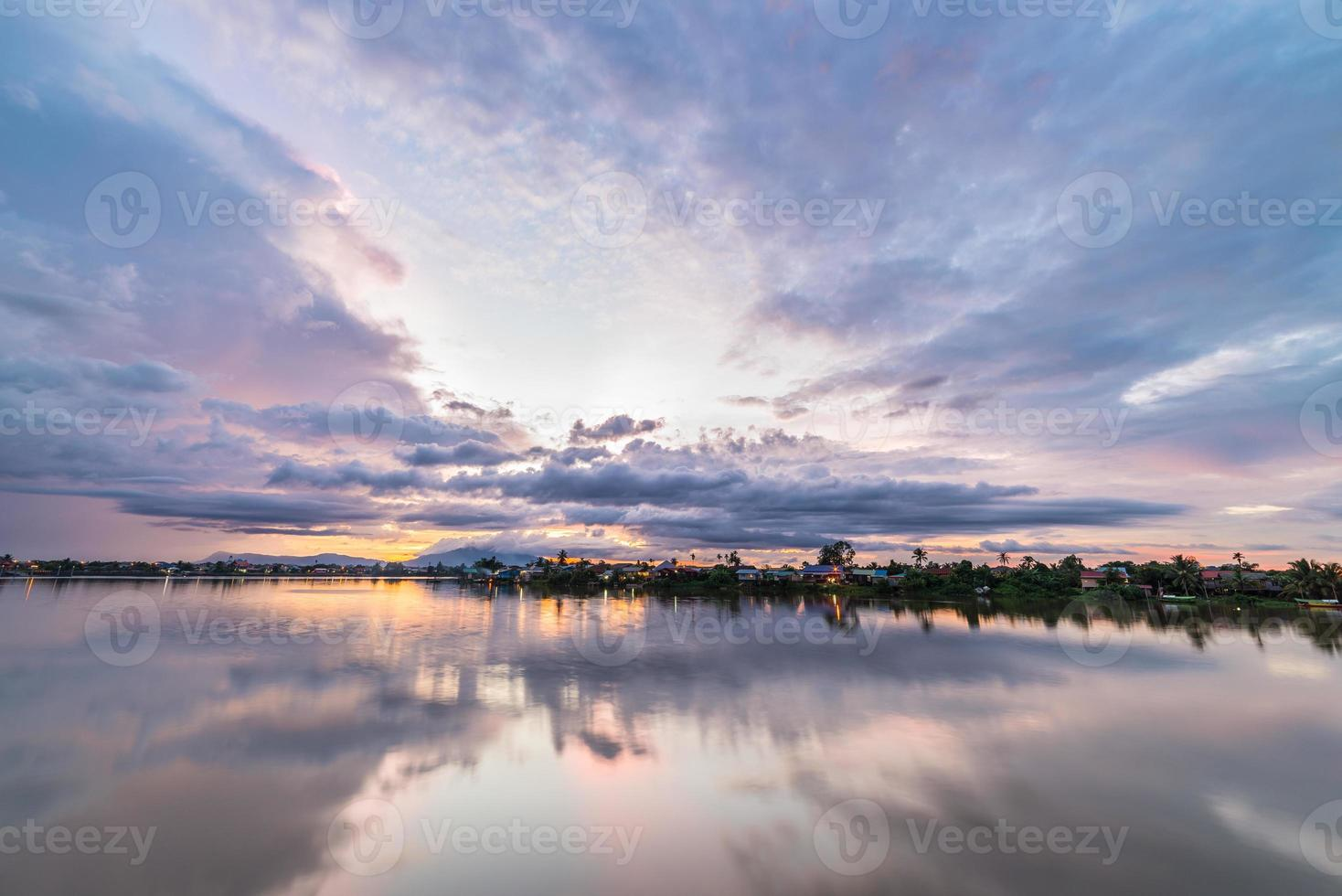 coucher de soleil à kuching, borneo photo