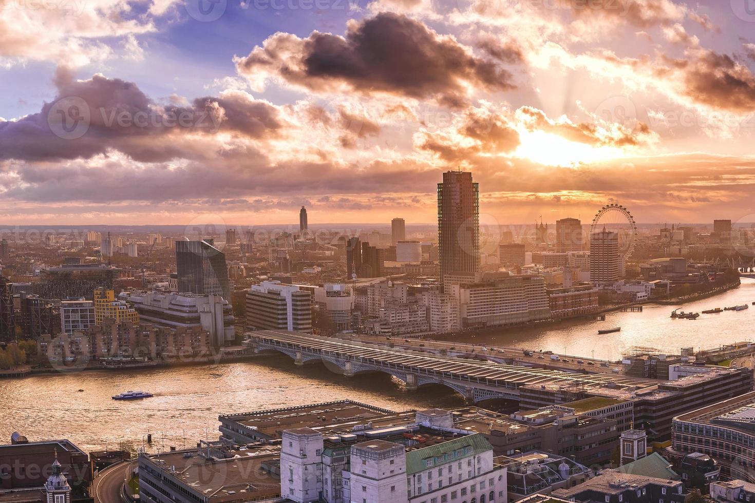 Skyline panoramique du sud et de l'ouest de Londres au coucher du soleil photo