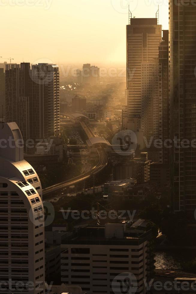 Sky train dans le centre de Bangkok en Thaïlande avec l'heure du coucher du soleil photo