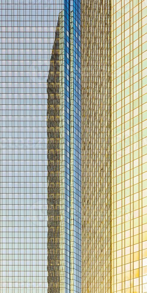 reflet du soleil dans la façade d'un gratte-ciel photo