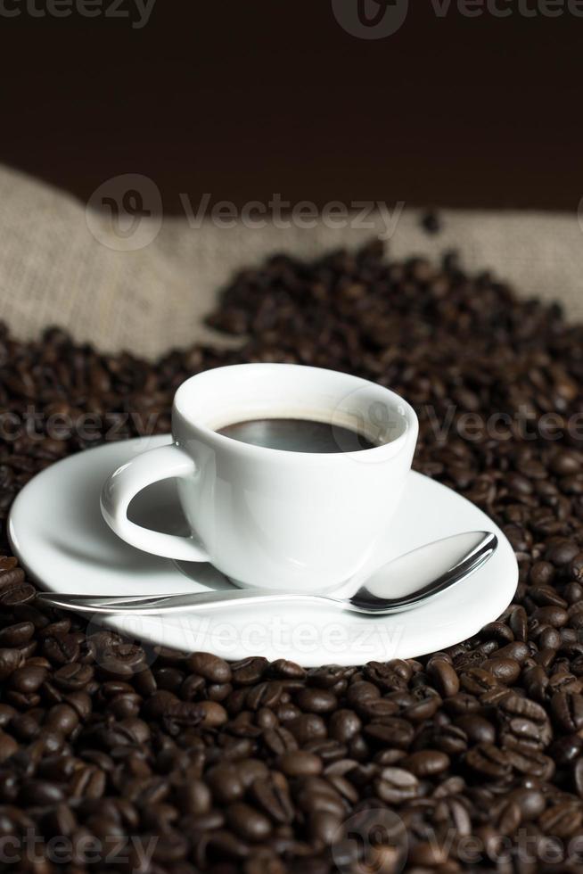 tasse sur les grains de café photo