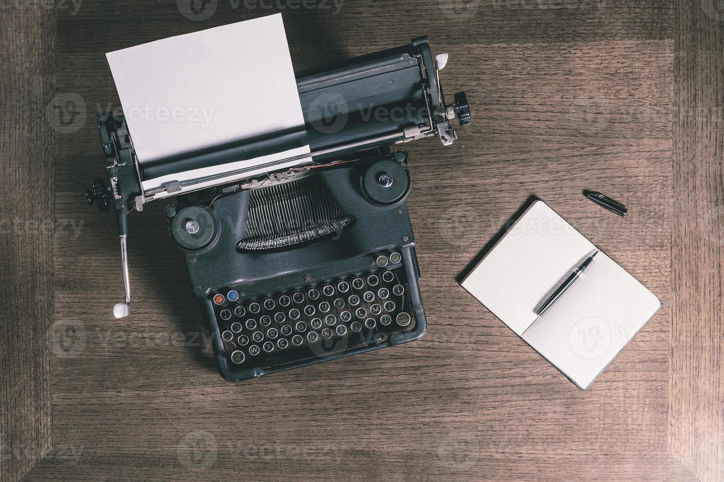 Vieille machine à écrire et ordinateur portable vue de dessus style rétro photo