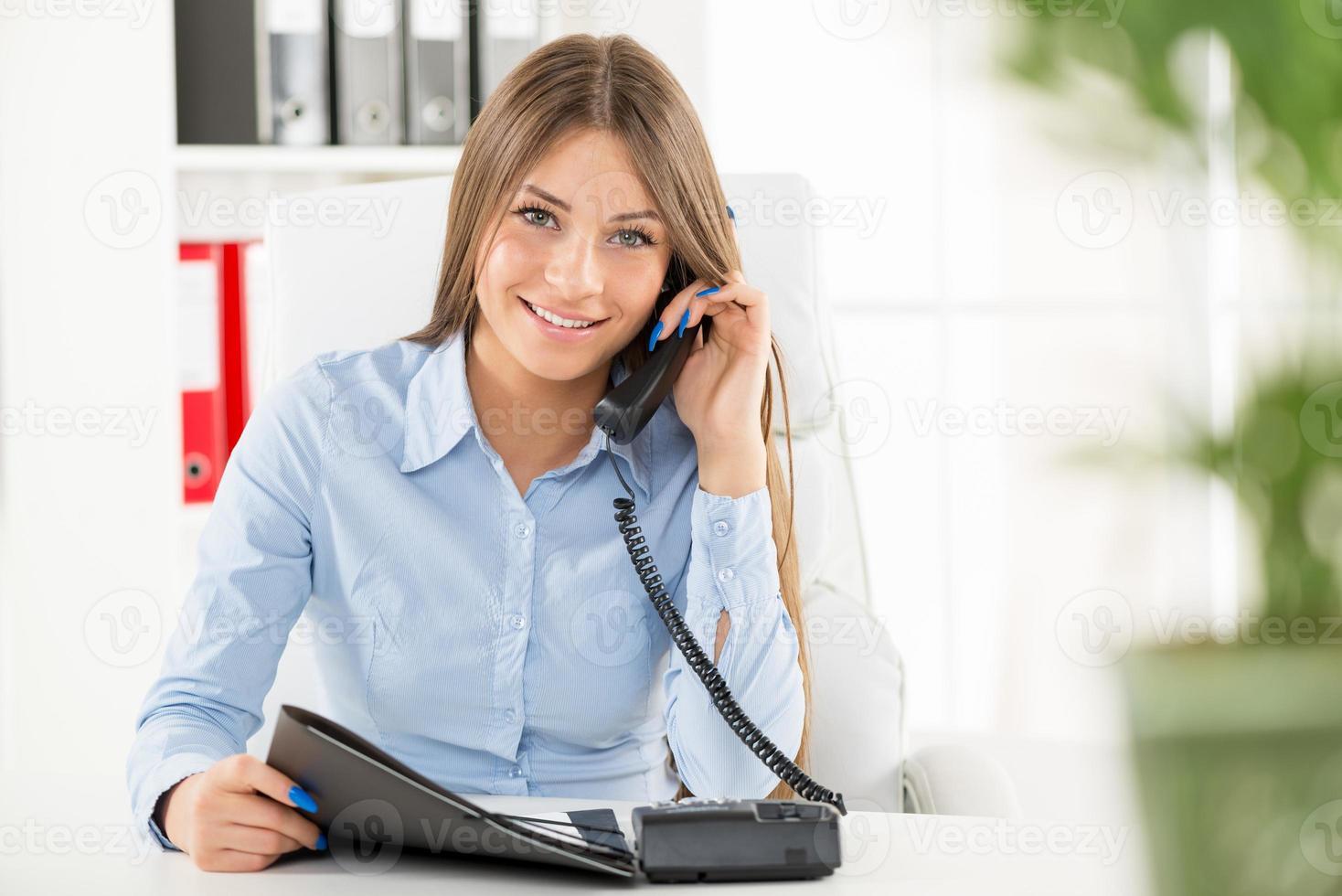 femme d'affaires téléphonant photo