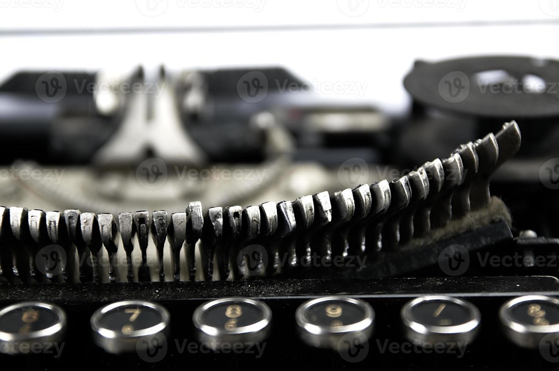 vieille machine à écrire poussiéreuse vue de près. photo