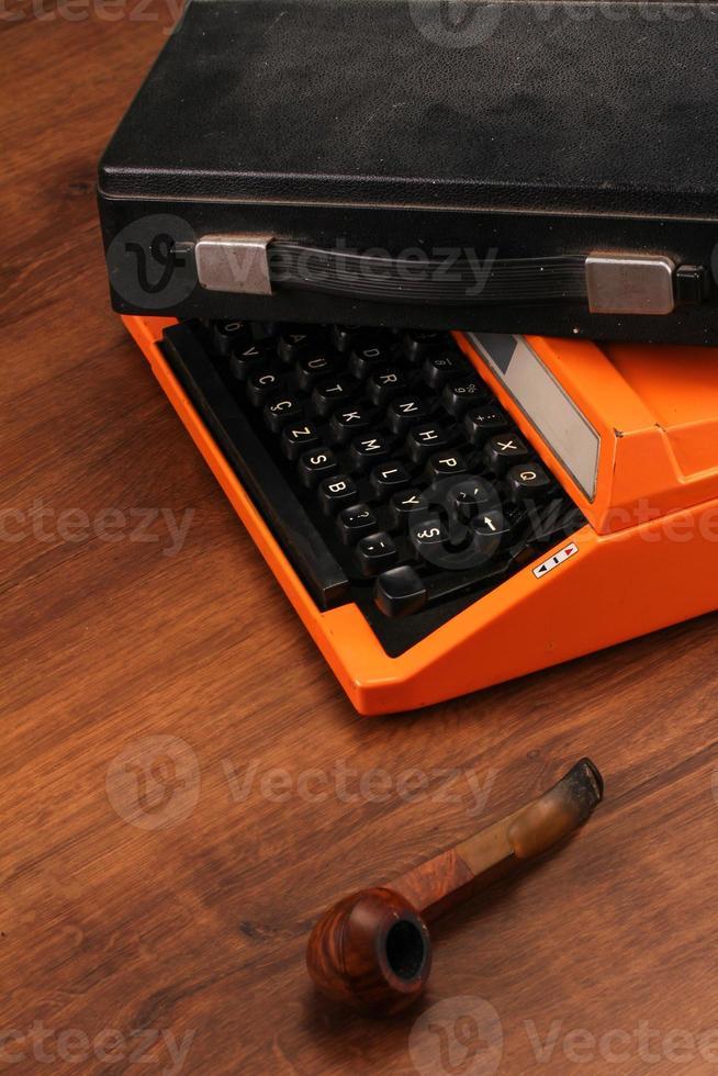 machine à écrire vintage orange sur le bois photo