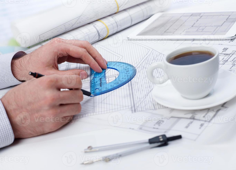 examen d'un plan sur la table photo