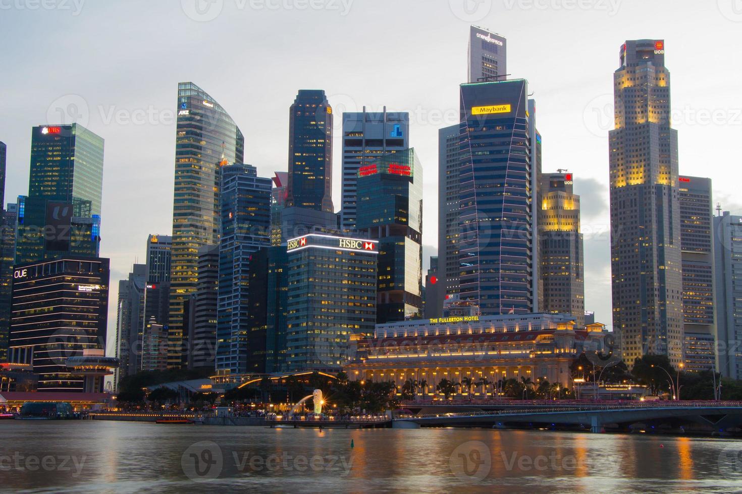 scape de la ville de singapour la nuit avec réfléchir photo