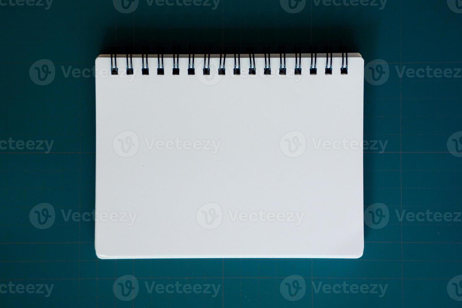carnet sur tapis de découpe bleu photo