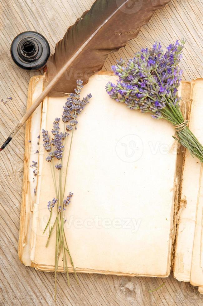 vieux livre avec des fleurs de lavande photo