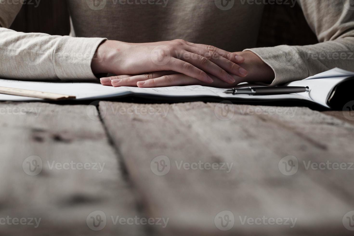 femme, tenue, stylo, maison, construction, plan photo