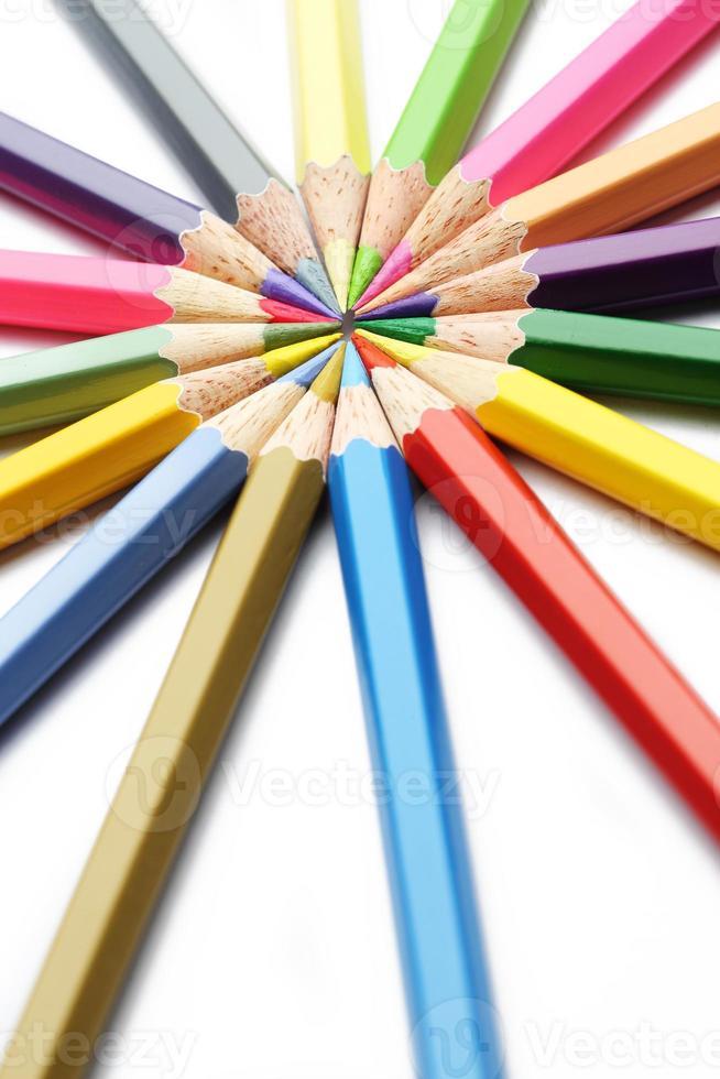 Composition d'art de crayons en bois colorés sur fond blanc photo