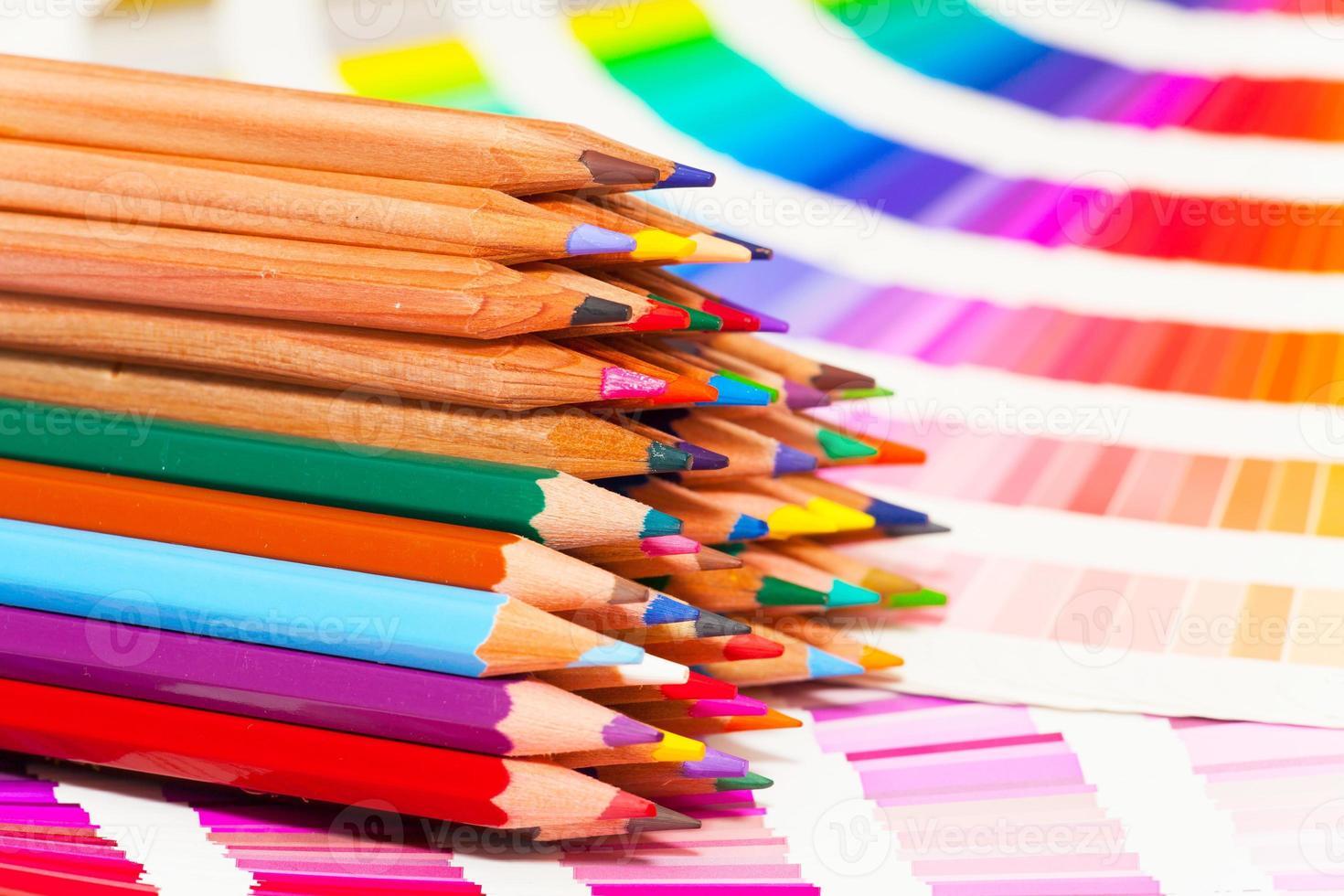 crayons de couleur et nuancier de toutes les couleurs photo