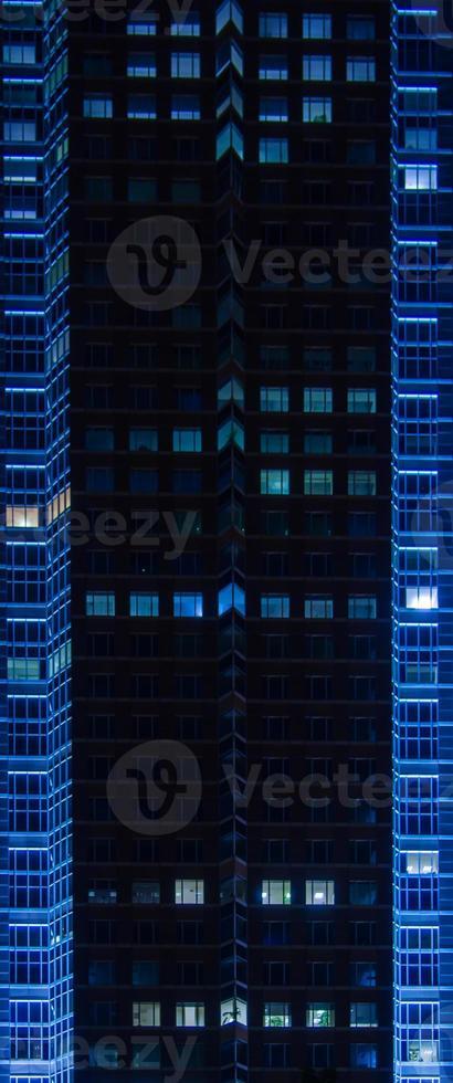façade illuminée de la tour du salon, messeturm, à francfort photo
