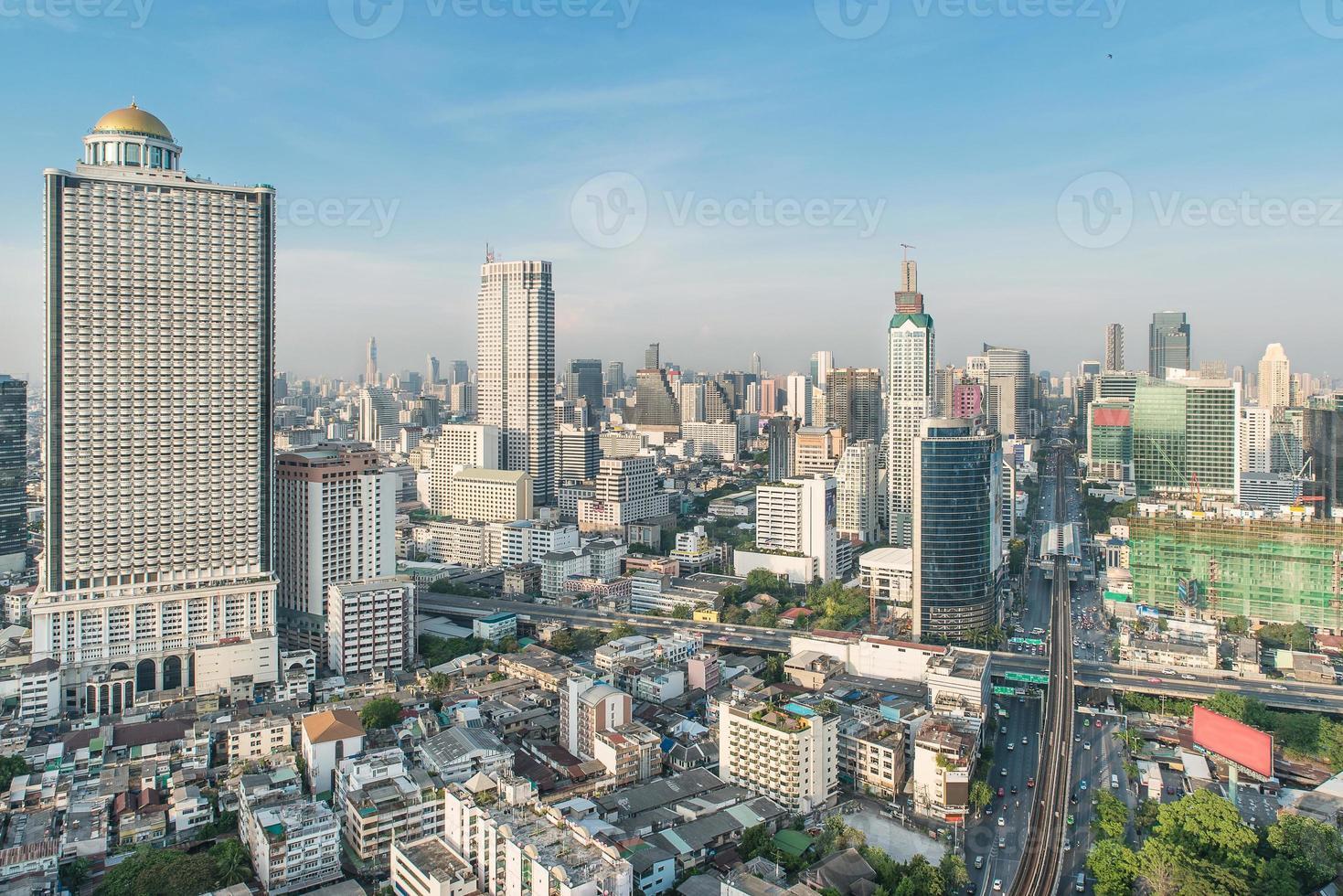 gratte-ciel dans la ville de bangkok centre-ville, thaïlande photo