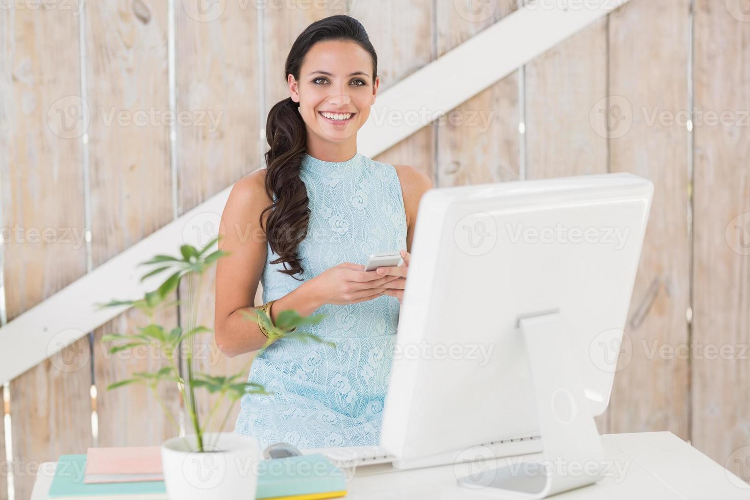 brune élégante travaillant à domicile photo