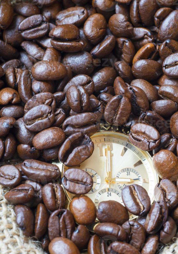 Gros plan montre dans les lots de grains de café naturels photo