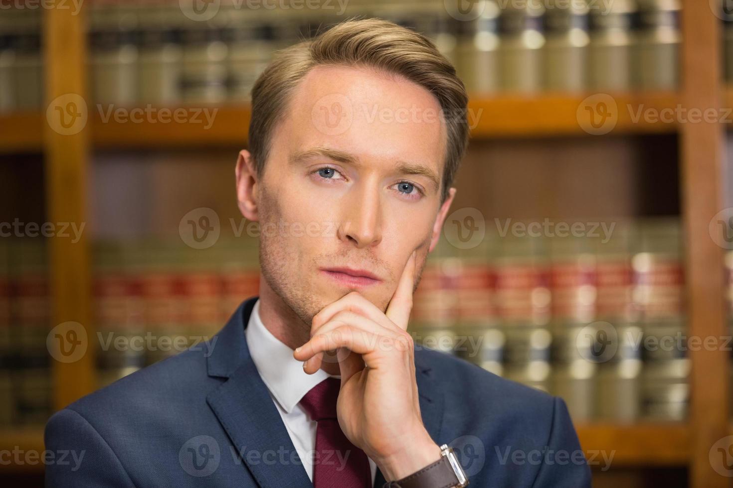 beau avocat dans la bibliothèque de droit photo