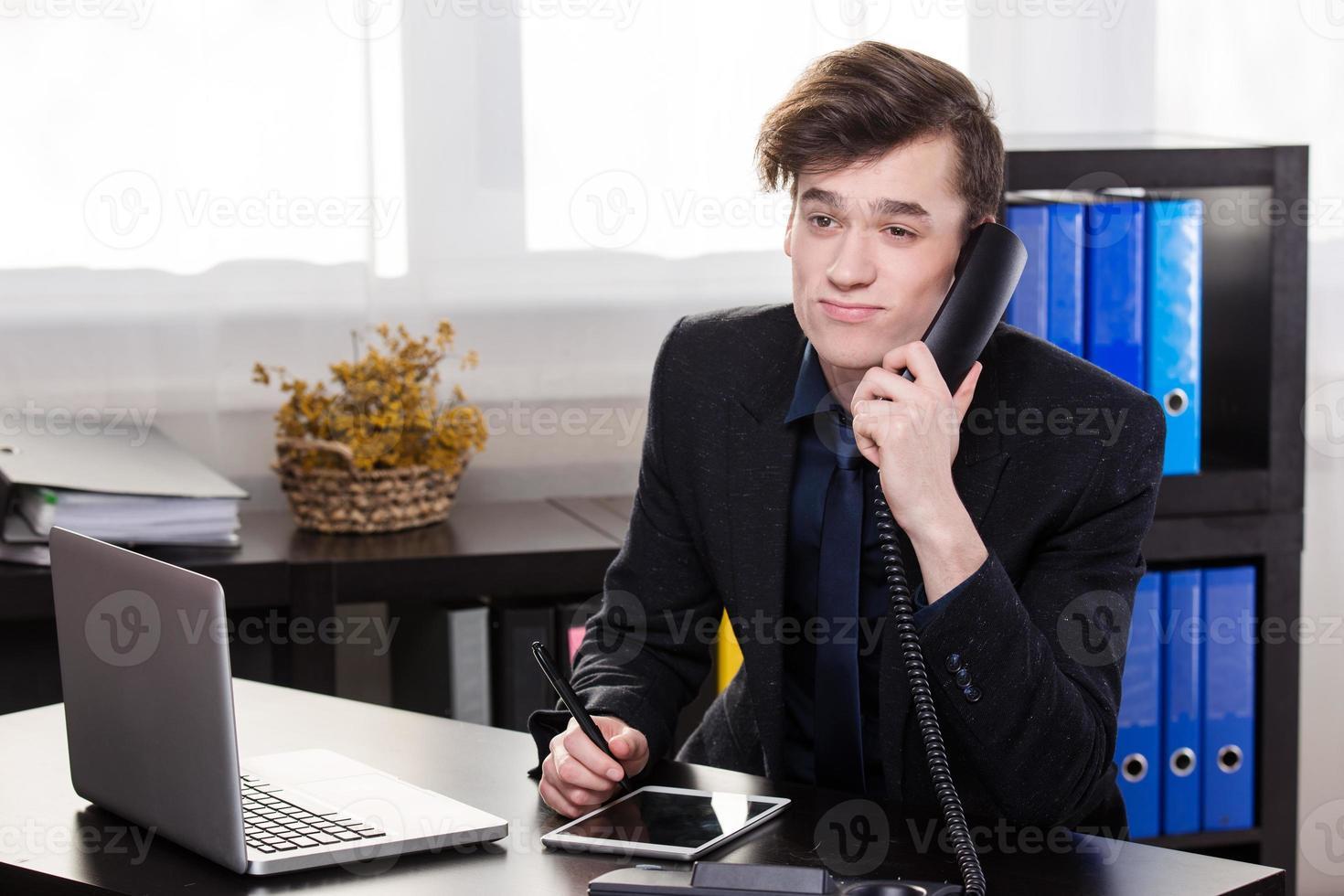 homme d'affaires appeler quelqu'un photo