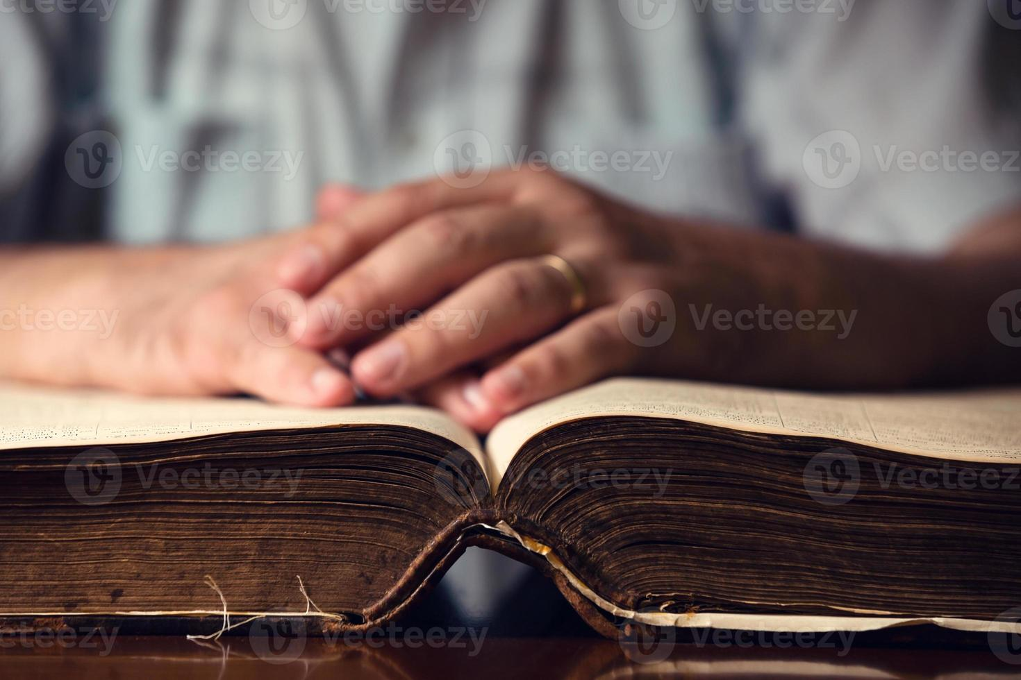 main masculine sur la bible ouverte photo