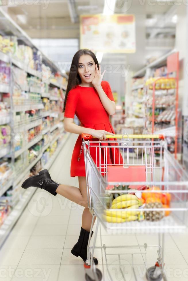 femme surprise shopping au supermarché photo