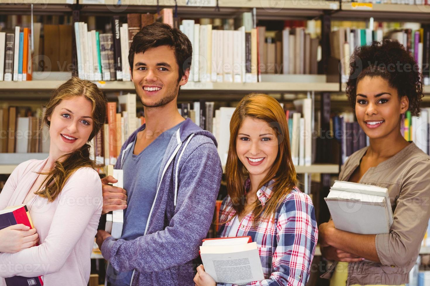 étudiants en ligne, sourire, appareil-photo, tenue, livres photo