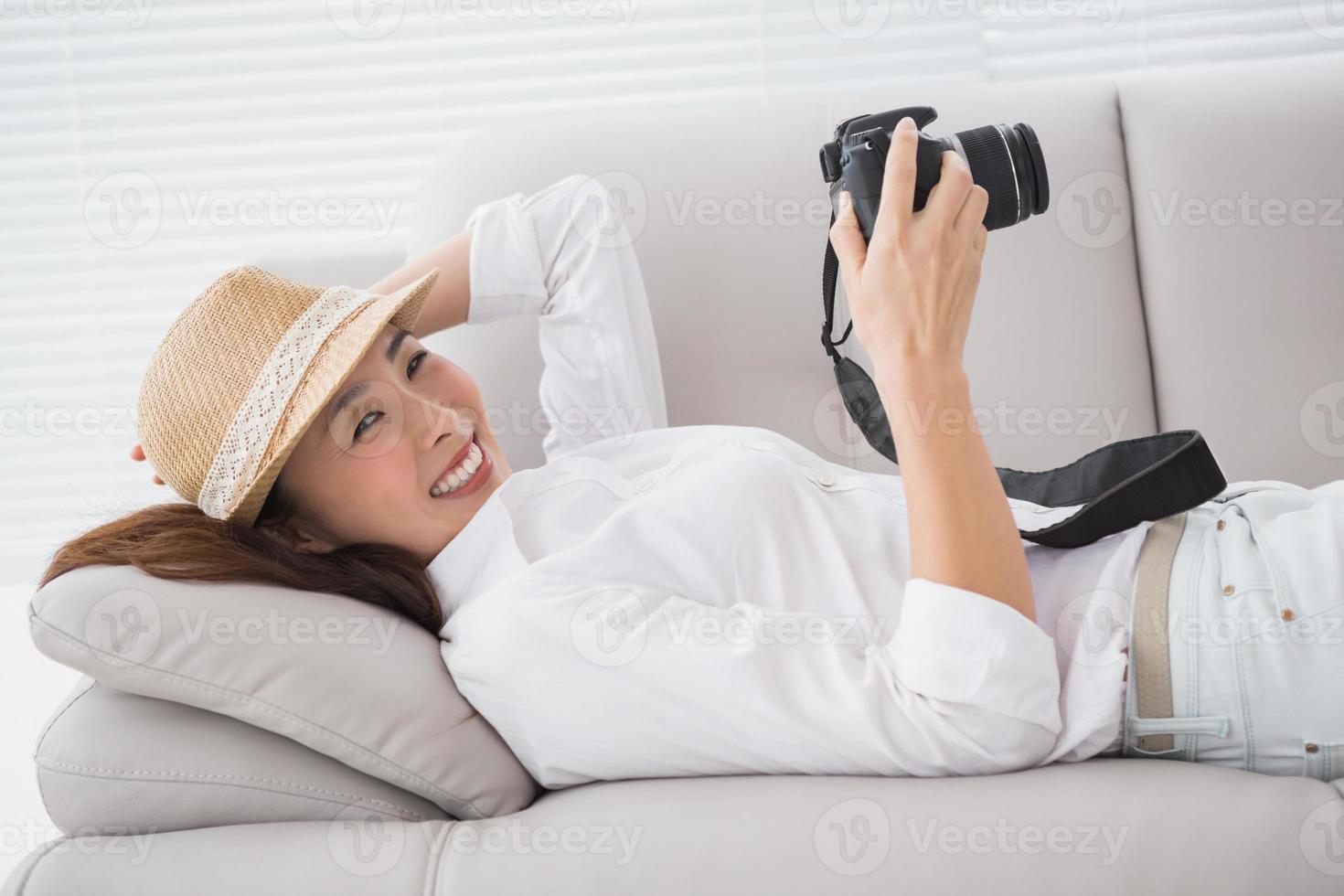éditeur de photos en regardant son appareil photo