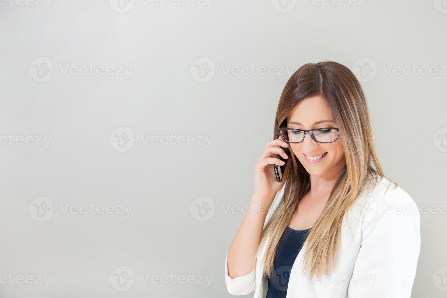 femme d'affaires parler sur smartphone photo