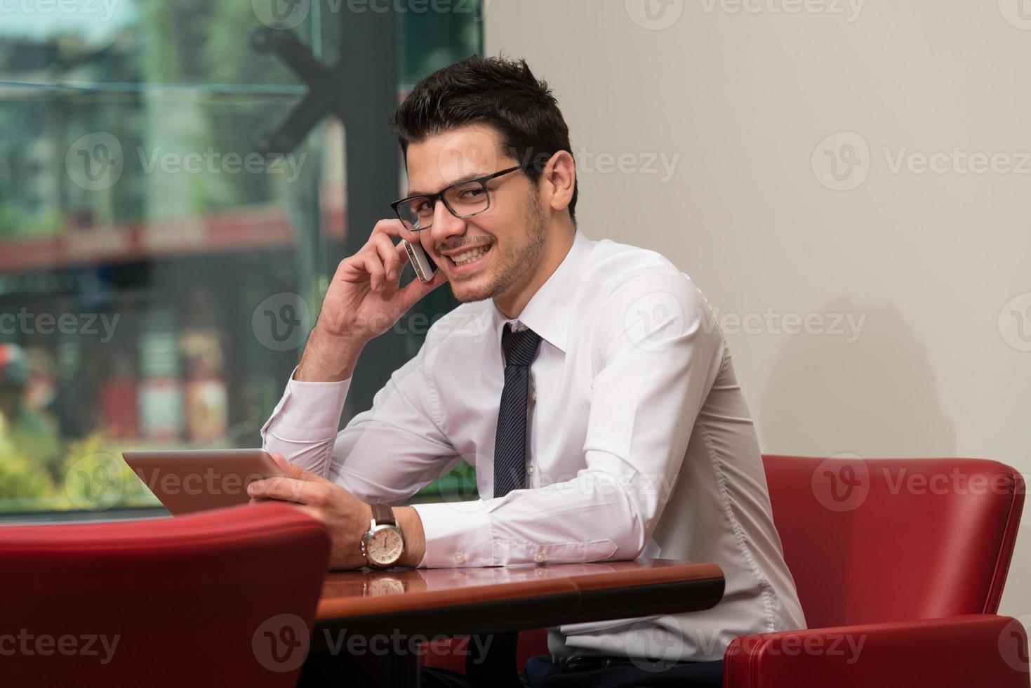 homme affaires, conversation téléphone, et, utilisation, tablette photo