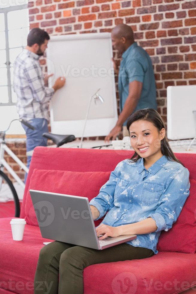 femme décontractée, portable utilisation, sur, divan photo