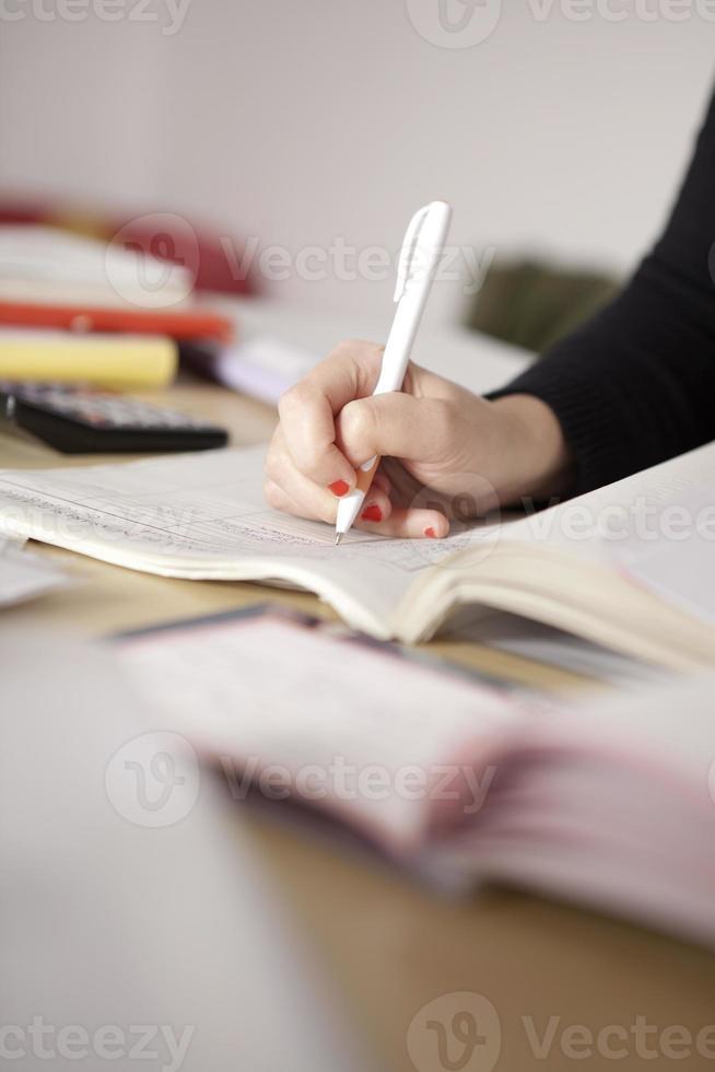 travailler sur certains papiers. photo
