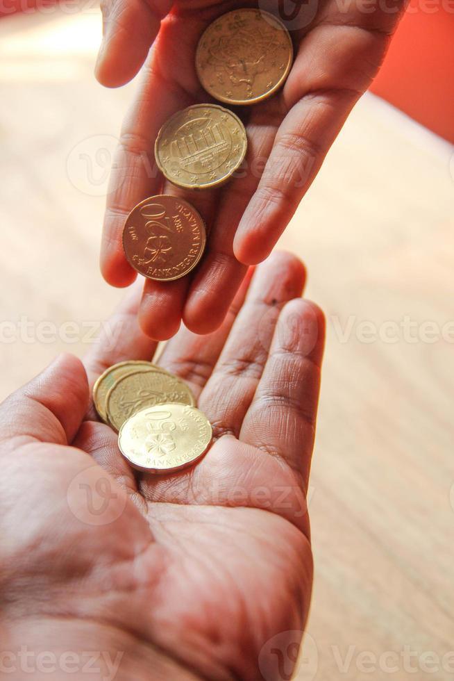 la main montre de l'argent à des fins d'aide ou d'épargne photo
