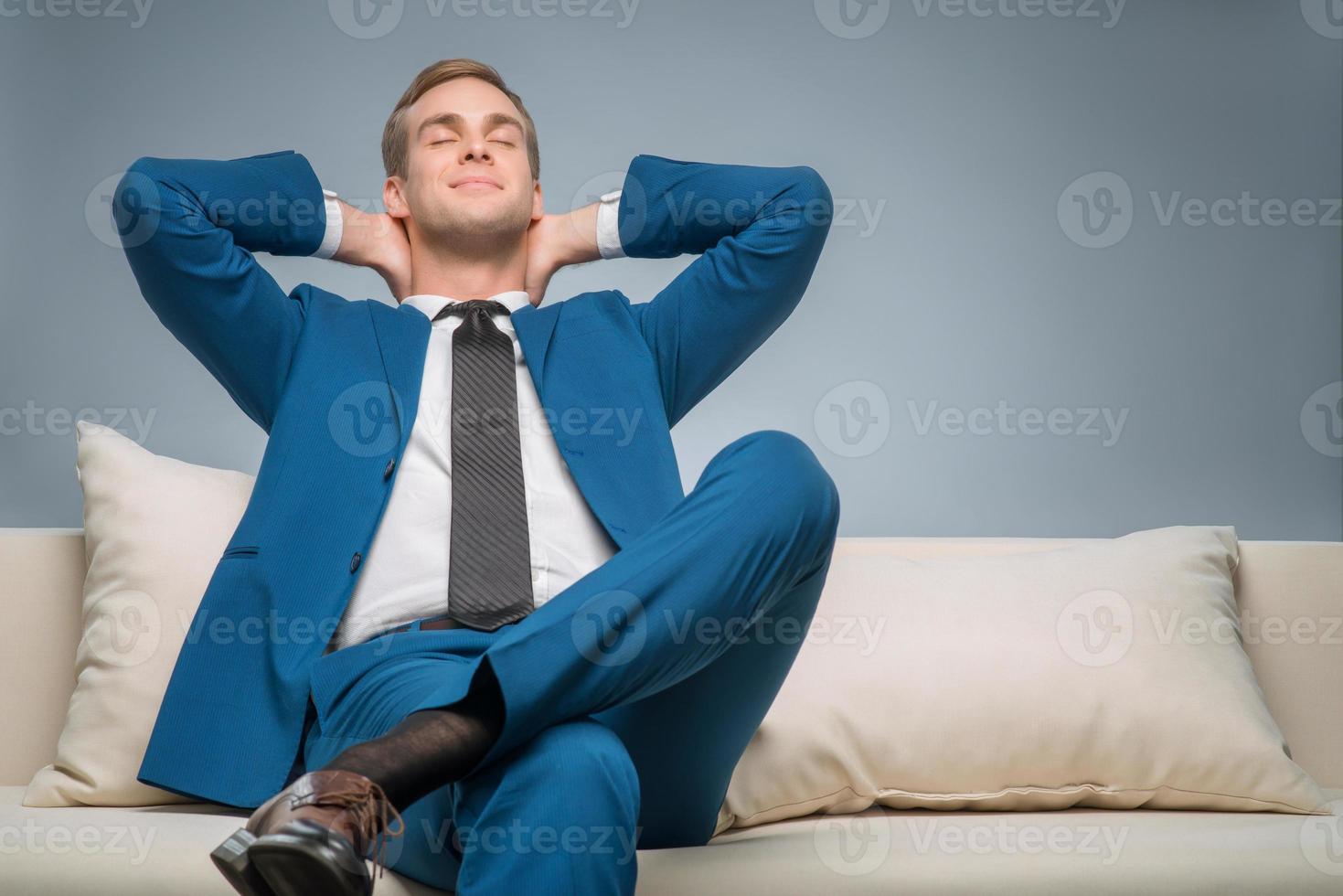 bel homme d'affaires reposant sur le canapé photo