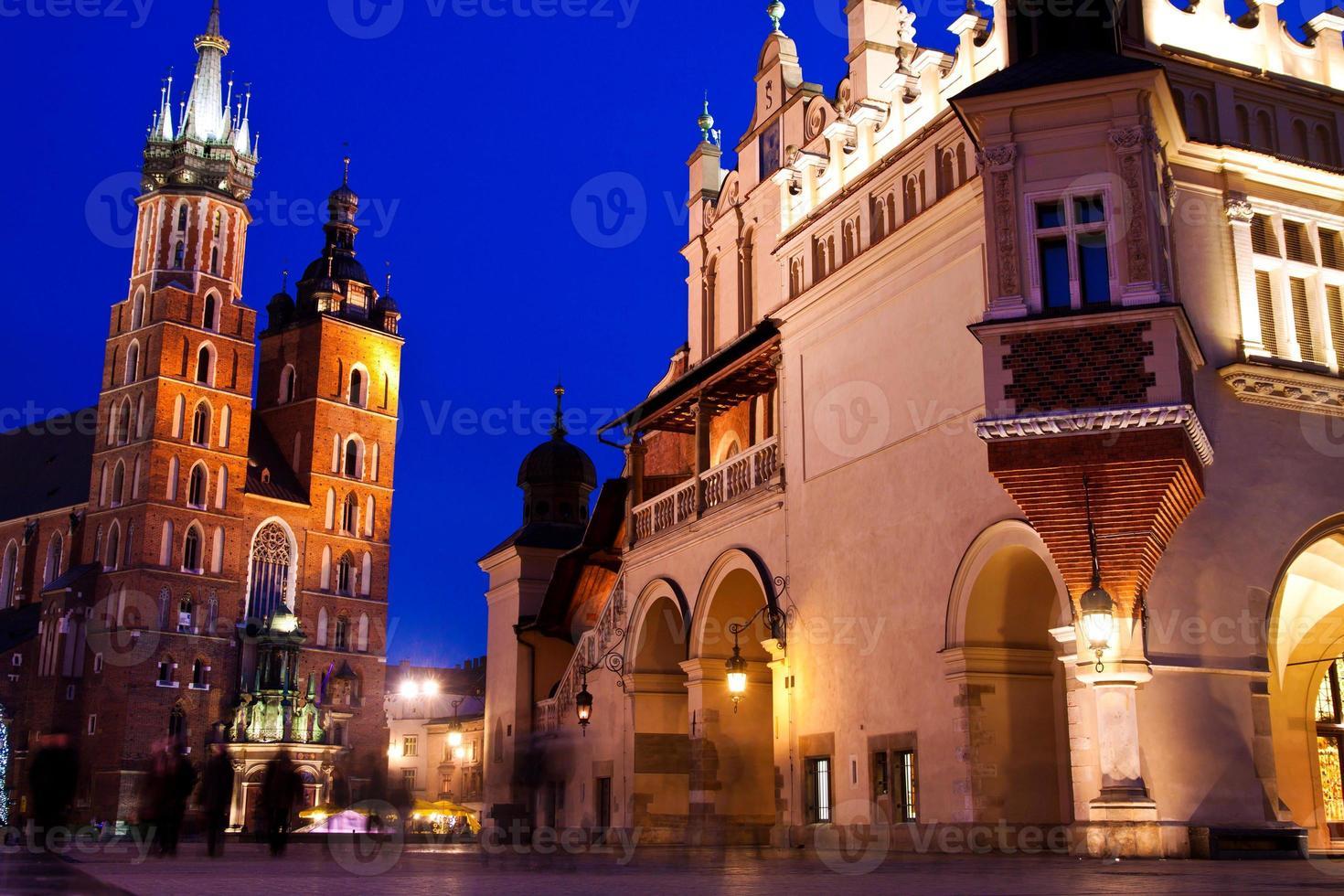 st. L'église de Marie à Cracovie la nuit photo