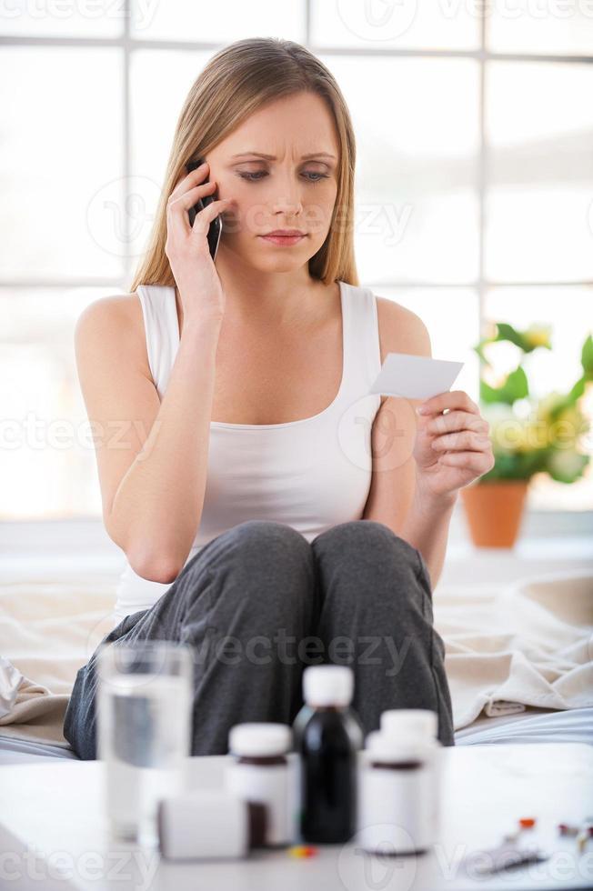 consulter un médecin par téléphone. photo