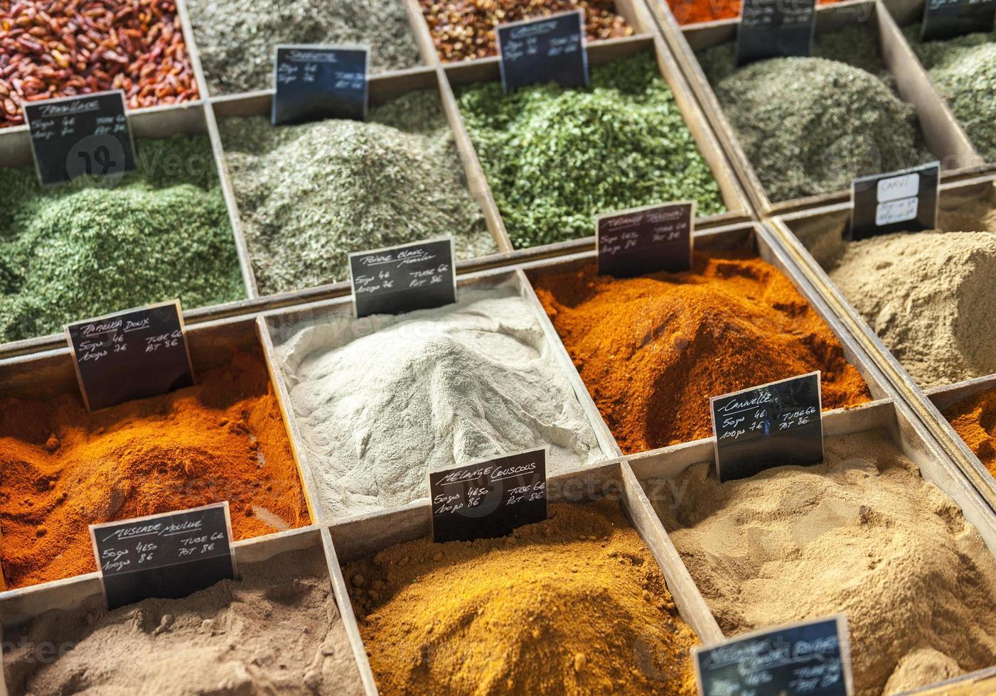 gros plan d'épices sur un marché de rue provençal photo