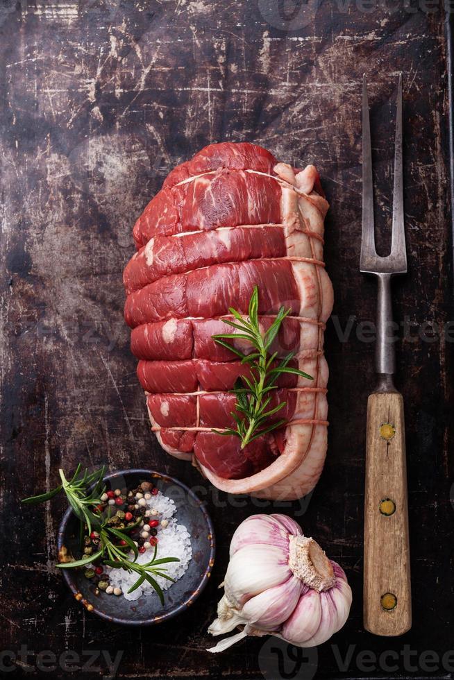fourchette de boeuf et viande rôtie crue photo