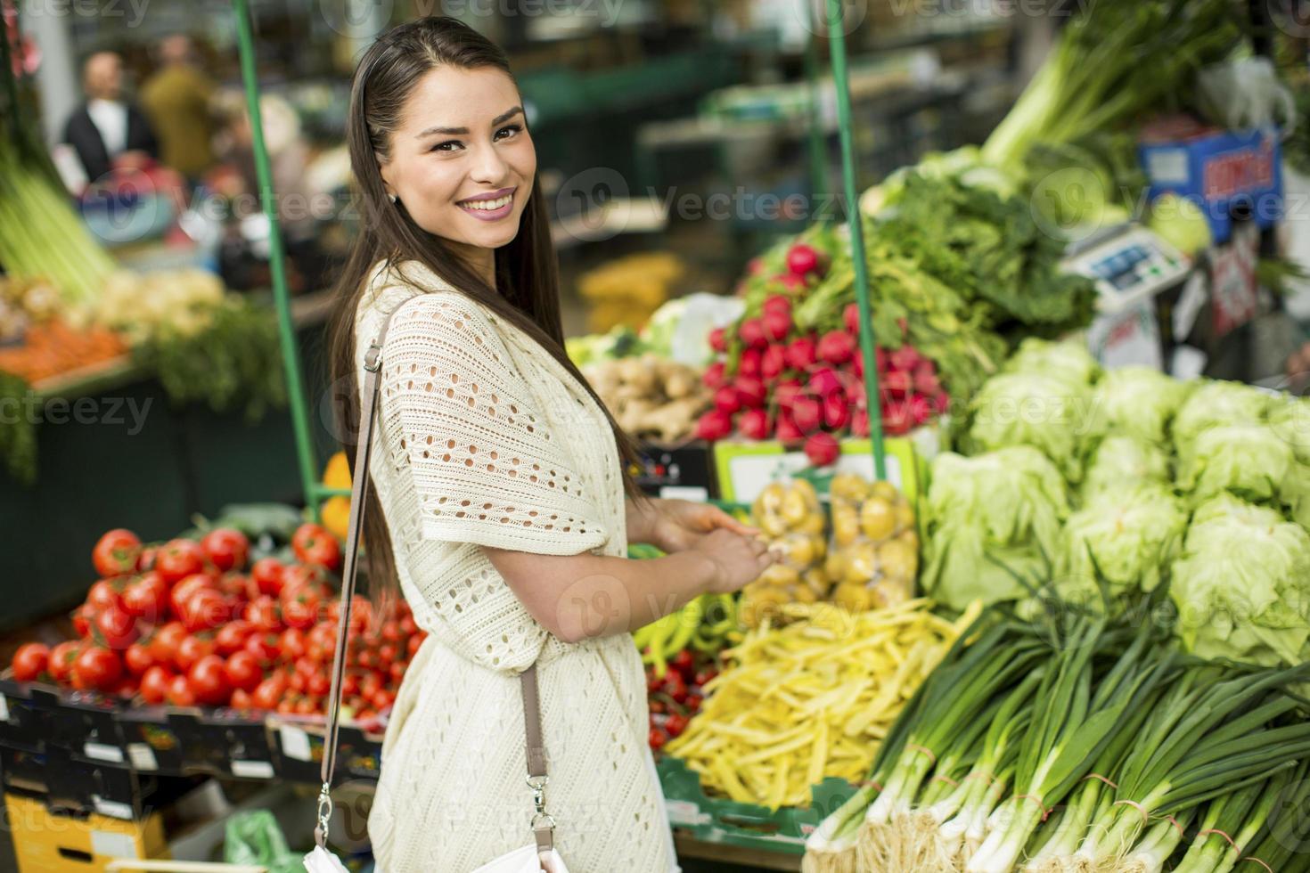 jeune femme sur le marché photo