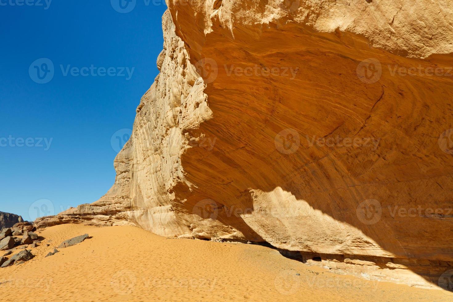 paroi rocheuse massive dans le désert du sahara photo
