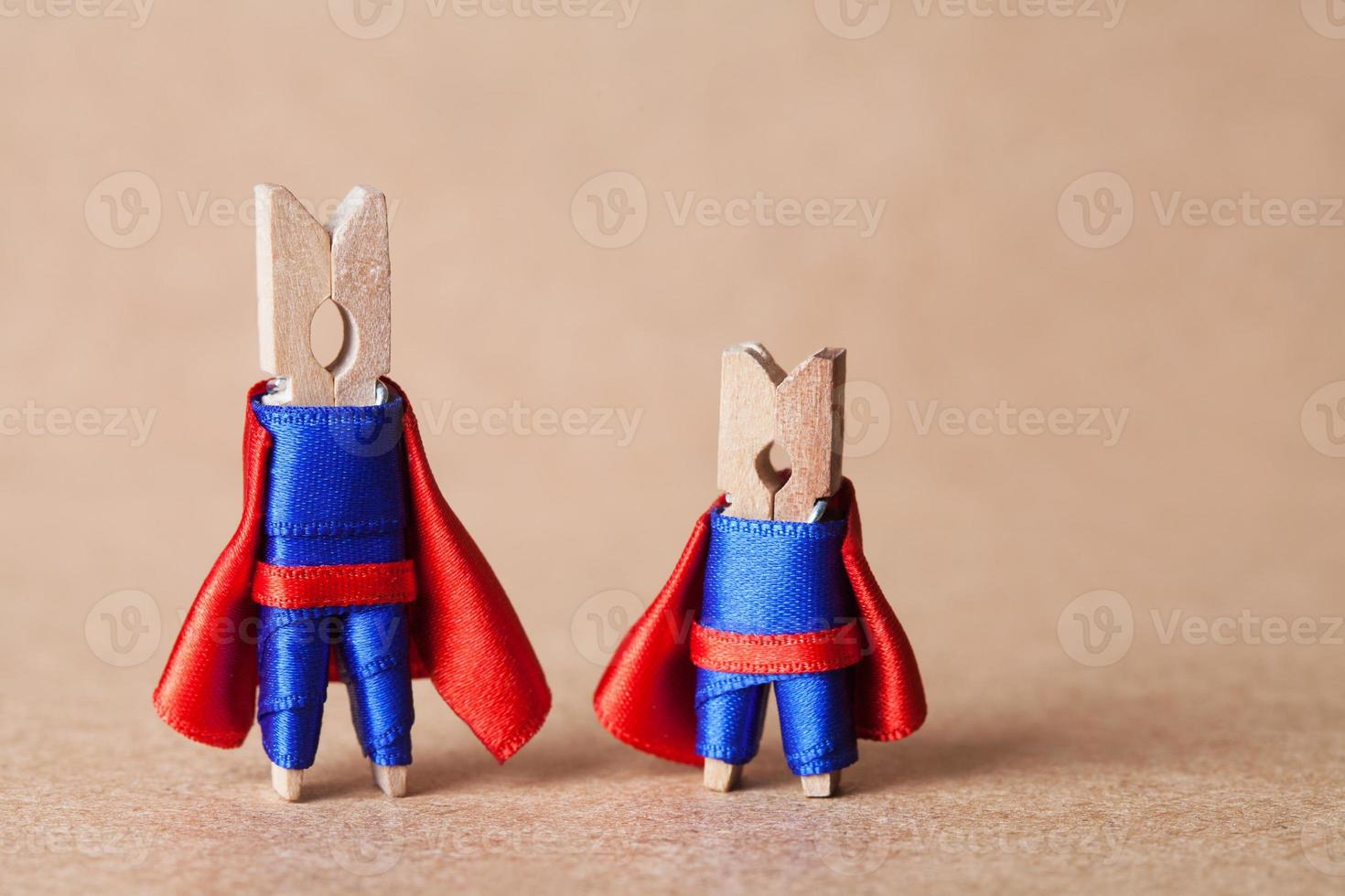 pinces à linge. super-héros en costume bleu et cape rouge. photo