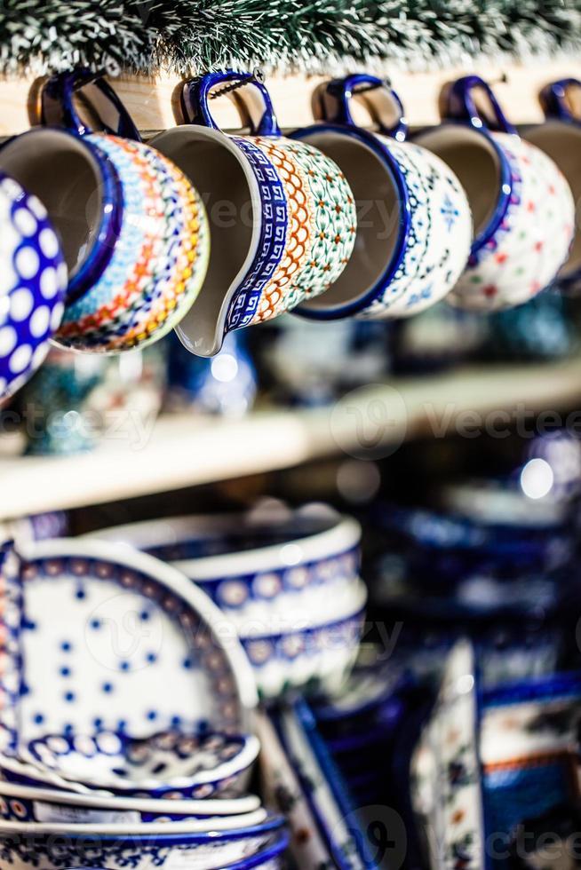céramiques colorées sur le marché polonais traditionnel. photo