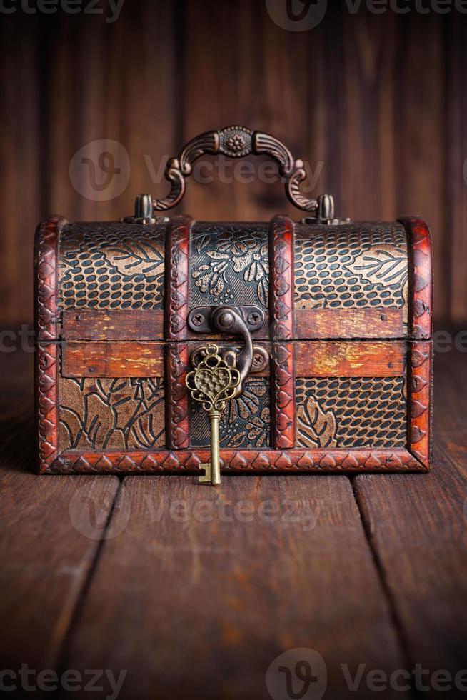 clé vintage et vieux coffre au trésor sur table en bois photo